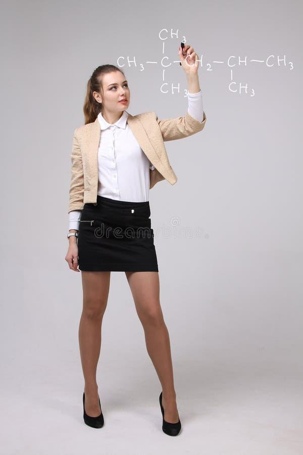 Ο φαρμακοποιός γυναικών παρουσιάζει μοριακή δομή στοκ εικόνες με δικαίωμα ελεύθερης χρήσης