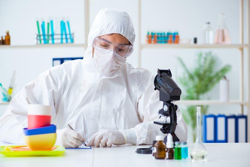 Ο φαρμακοποιός που ελέγχει και που εξετάζει τα πλαστικά πιάτα στοκ φωτογραφία