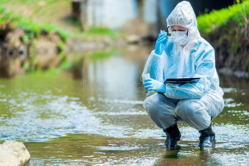 Ο φαρμακοποιός φωτογραφιών παίρνει το νερό στοκ φωτογραφία με δικαίωμα ελεύθερης χρήσης