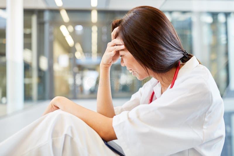 Ο φοιτητής Ιατρικής είναι παρακαλεσμένος για τον επιτυχή διαγωνισμό στοκ εικόνες