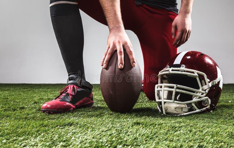 Ο φορέας αμερικανικού ποδοσφαίρου με τη σφαίρα στοκ φωτογραφία με δικαίωμα ελεύθερης χρήσης