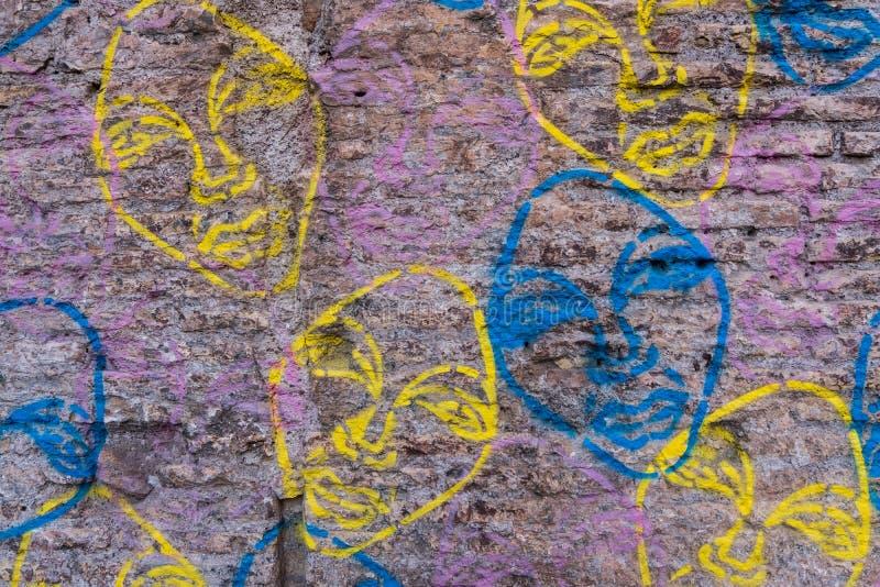 Ο φορεμένος τουβλότοιχος με τα γκράφιτι αντιμετωπίζει τη σύσταση υποβάθρου στοκ φωτογραφία με δικαίωμα ελεύθερης χρήσης