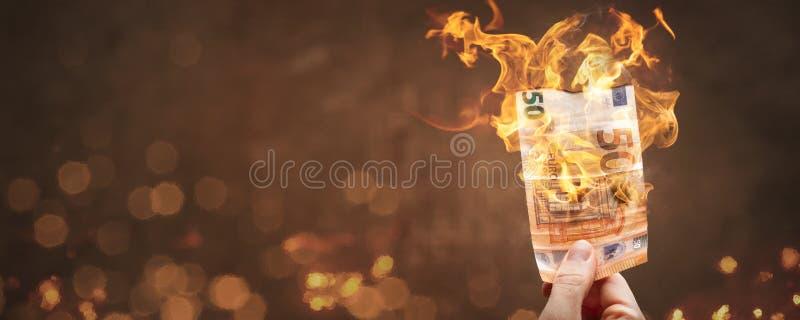 Ο φορητός ευρο- λογαριασμός 50 καίει με μια φωτεινή φλόγα στοκ φωτογραφία με δικαίωμα ελεύθερης χρήσης