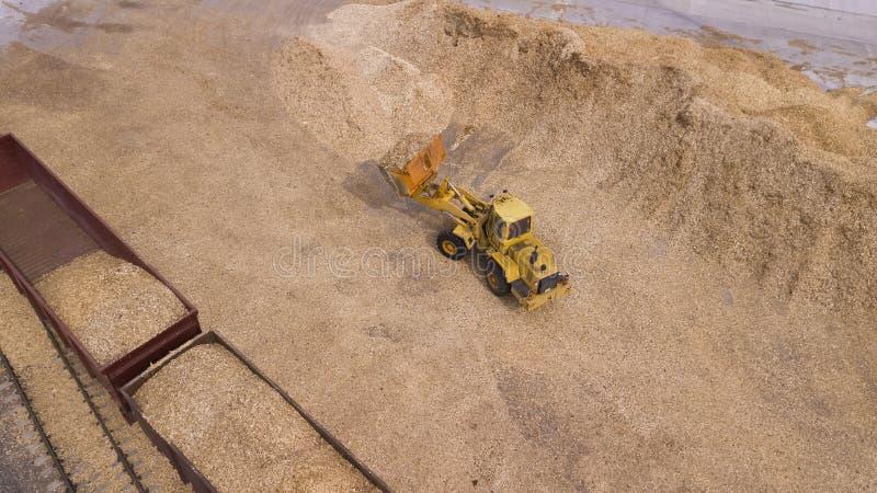 Ο φορτωτής φορτώνει το πριονίδι κατά την εναέρια άποψη εργοστασίων ξυλουργικής στοκ εικόνα με δικαίωμα ελεύθερης χρήσης