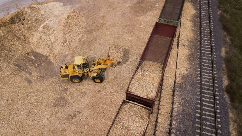 Ο φορτωτής φορτώνει το πριονίδι κατά την εναέρια άποψη εργοστασίων ξυλουργικής στοκ φωτογραφία με δικαίωμα ελεύθερης χρήσης