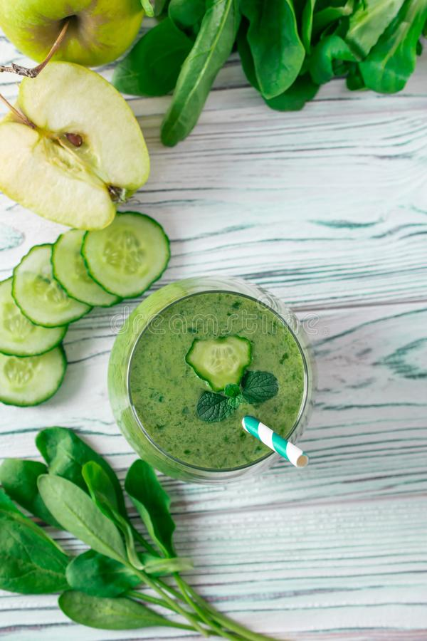 Ο φρέσκος πράσινος καταφερτζής Detox με το σπανάκι, μήλο, mache μαρούλι αρνιών, επίπεδο βάζει στοκ εικόνα με δικαίωμα ελεύθερης χρήσης