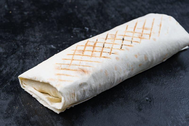 Ο φρέσκος ρόλος γυροσκοπίων σάντουιτς Shawarma του κασσίτερου συνταγής Shawarma βόειου κρέατος κοτόπουλου Lavash lavash falafel τ στοκ φωτογραφίες με δικαίωμα ελεύθερης χρήσης