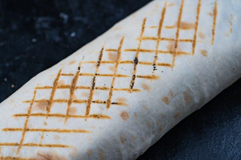 Ο φρέσκος ρόλος γυροσκοπίων σάντουιτς Shawarma του κασσίτερου συνταγής Shawarma βόειου κρέατος κοτόπουλου Lavash lavash falafel τ στοκ φωτογραφίες