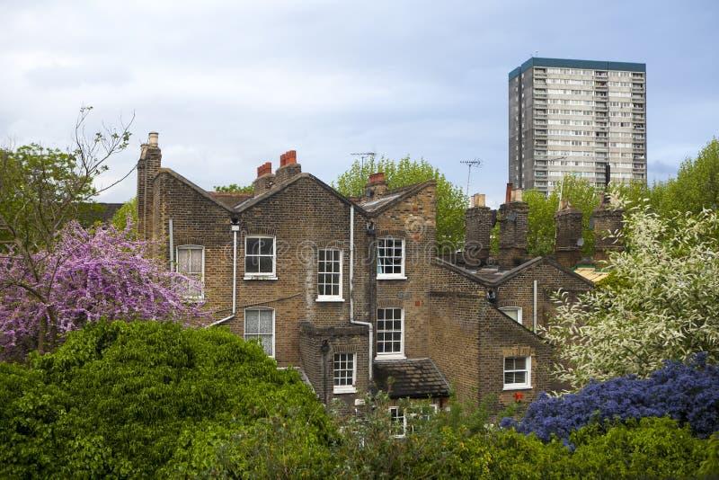 Ο φραγμός κατοικίας του Συμβουλίου στο ανατολικό Λονδίνο στο σάλιασμα στενό σε Wapping, Λονδίνο, UK Πολλοί άνθρωποι είναι σε κίνδ στοκ φωτογραφίες με δικαίωμα ελεύθερης χρήσης