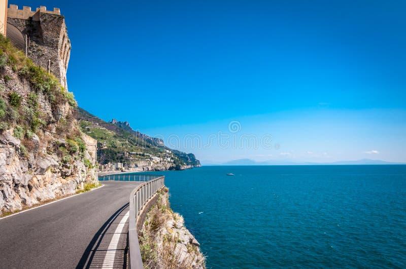 Ο φυσικός παράκτιος δρόμος κοντά σε Maiori στοκ φωτογραφίες