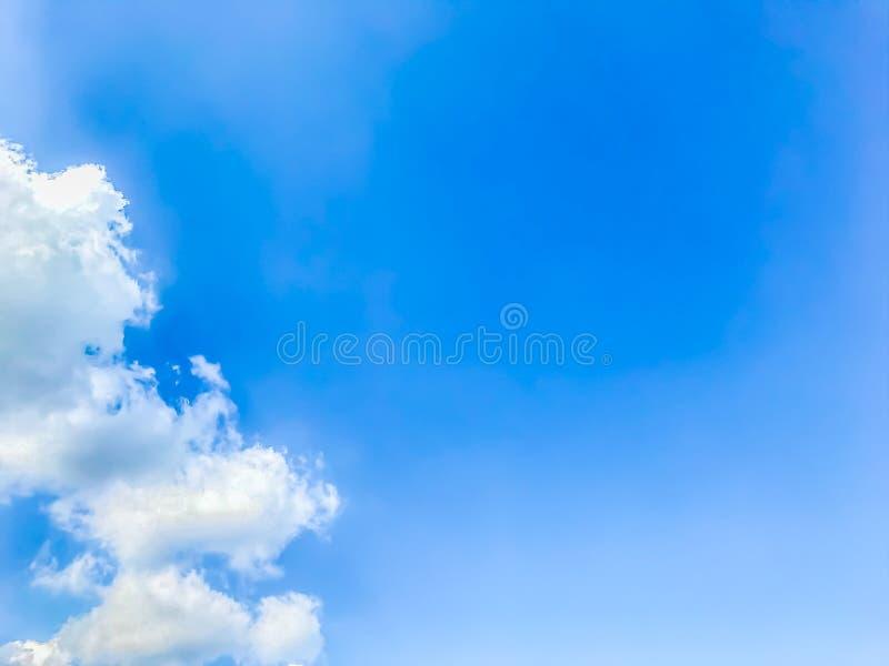 Ο φωτεινός μπλε ουρανός, τα άσπρα σύννεφα και ο μαλακός αέρας που φυσούν το καλοκαίρι στοκ φωτογραφία με δικαίωμα ελεύθερης χρήσης