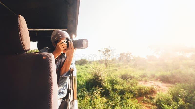 Ο φωτογράφος γυναικών παίρνει μια εικόνα με την επαγγελματική κάμερα από στοκ φωτογραφία