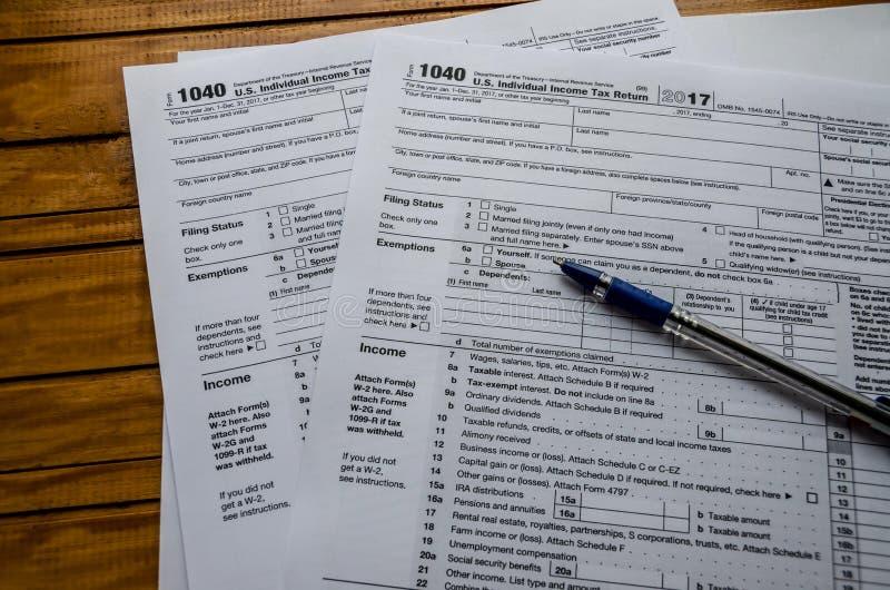 Ο φόρος διαμορφώνει 1040 και μια μάνδρα σε ένα ξύλινο υπόβαθρο στοκ φωτογραφία με δικαίωμα ελεύθερης χρήσης