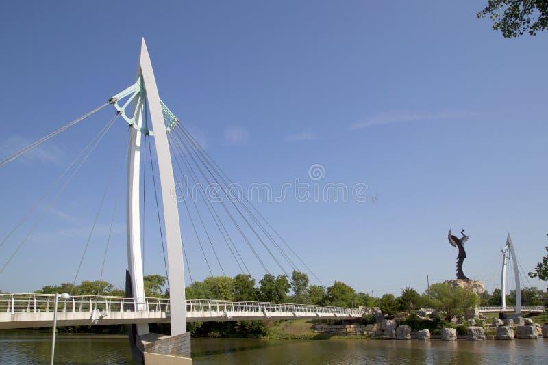Ο φύλακας των πεδιάδων και της για τους πεζούς άποψης του Wichita Κάνσας γεφυρών στοκ εικόνες