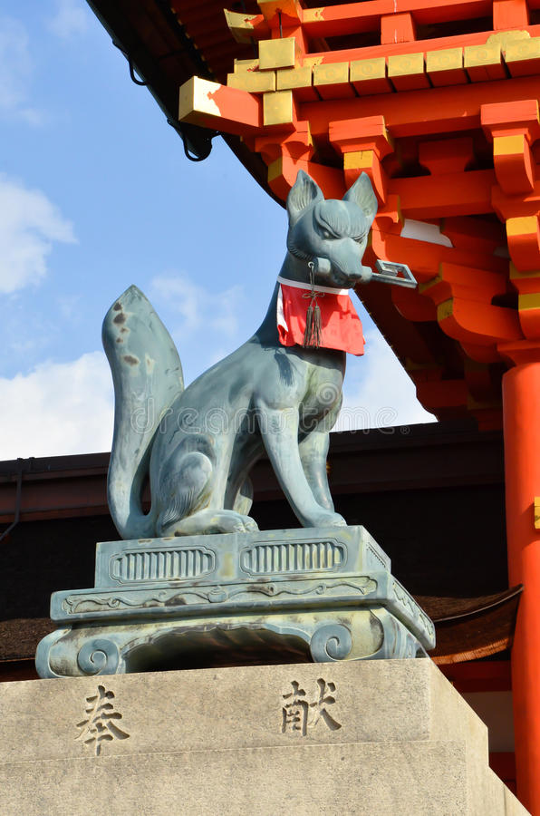 Ο φύλακας πυλών της λάρνακας Fushimi Inari στοκ εικόνα