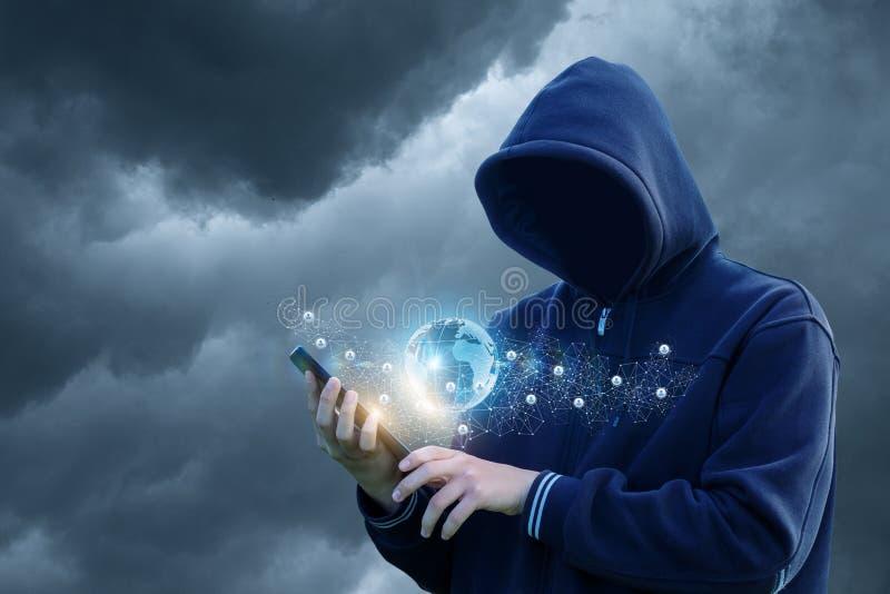 Ο χάκερ εισάγει το δίκτυο μέσω της ταμπλέτας στοκ εικόνες με δικαίωμα ελεύθερης χρήσης