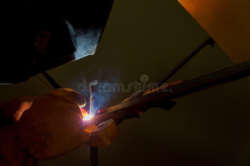 Ο χάλυβας συγκόλλησης σε έναν φράκτη κιγκλιδωμάτων στο σπίτι στοκ φωτογραφίες