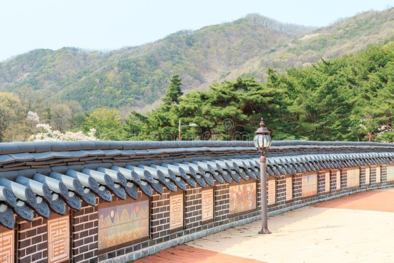 Ο χαμηλός τοίχος με το κορεατικό παραδοσιακό κεραμίδι στεγών στοκ εικόνες με δικαίωμα ελεύθερης χρήσης