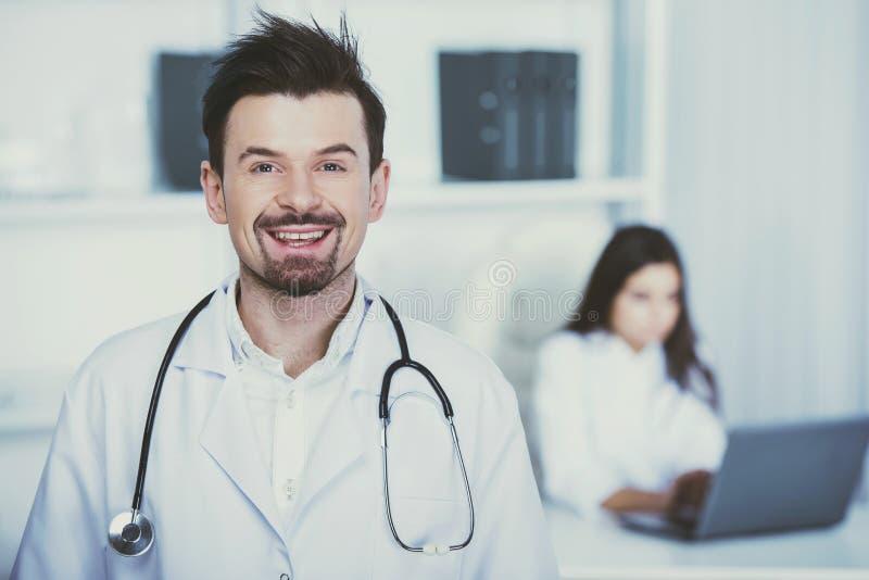 Ο χαμογελώντας γιατρός εξετάζει τη κάμερα στοκ φωτογραφία με δικαίωμα ελεύθερης χρήσης