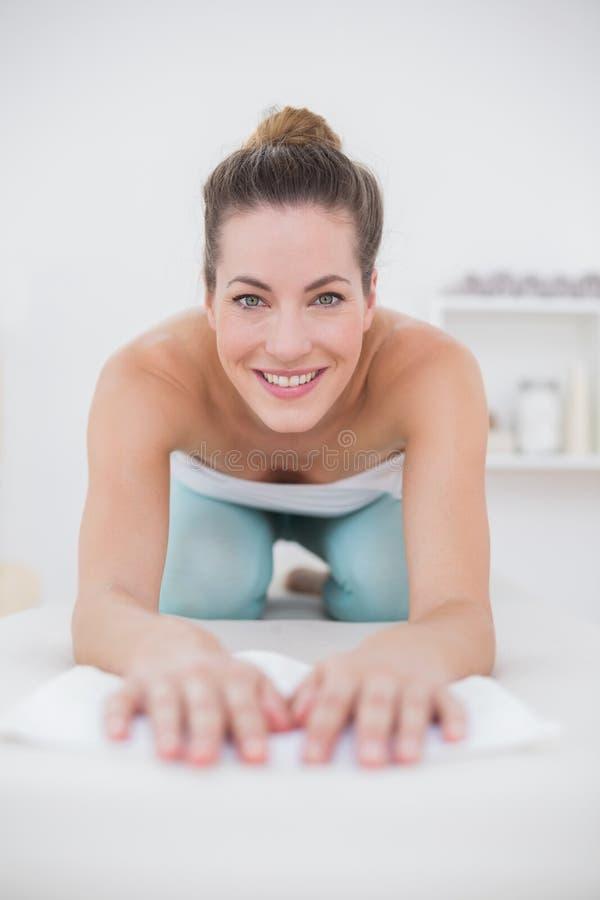 Ο χαμογελώντας ασθενής το γόνατο στοκ εικόνες με δικαίωμα ελεύθερης χρήσης