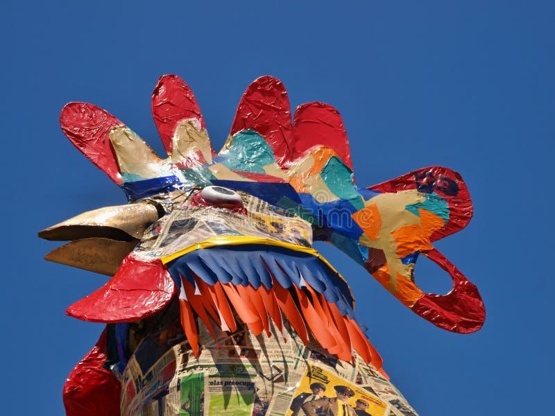 Ο χαρακτηριστικός κόκκορας Gallo της Πορτογαλίας μπροστά από το μπλε ουρανό στοκ φωτογραφία