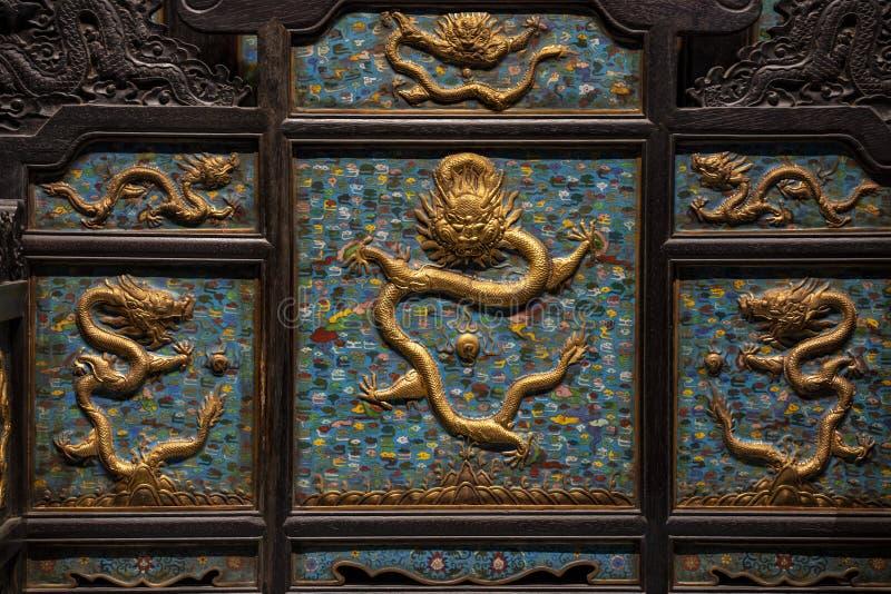 Ο χαρασμένος ξύλινος θρόνος δράκων Είναι ο θρόνος του αυτοκράτορα της Κίνας στοκ εικόνα με δικαίωμα ελεύθερης χρήσης