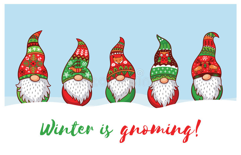 Ο χειμώνας είναι Gnoming Κάρτα με τα στοιχειά Χριστουγέννων στο κόκκινο καπέλο ελεύθερη απεικόνιση δικαιώματος