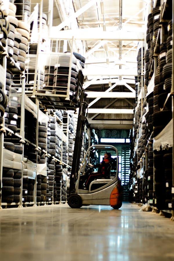 Ο χειριστής ηλεκτρικό forklift στην αποθήκη εμπορευμάτων, που ανυψώνει, στοκ φωτογραφίες με δικαίωμα ελεύθερης χρήσης