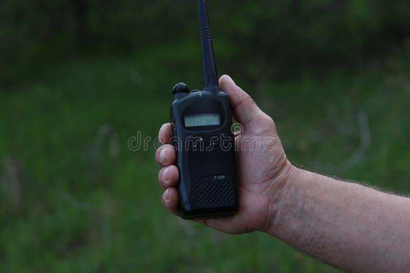 Ο χειριστής στον εργασιακό χώρο διαθέτει τους εργαζομένους με ένα walkie-TA στοκ εικόνες με δικαίωμα ελεύθερης χρήσης