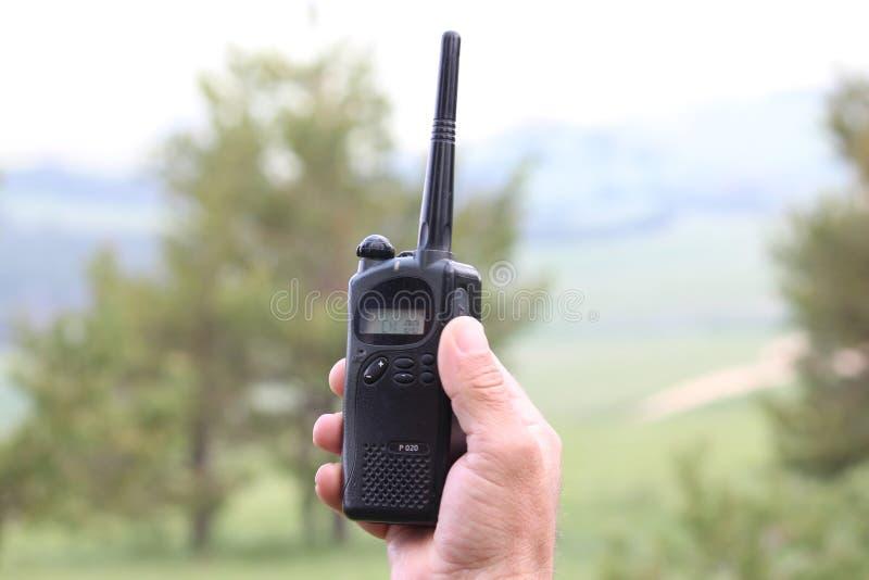 Ο χειριστής στον εργασιακό χώρο διαθέτει τους εργαζομένους με ένα walkie-TA στοκ φωτογραφίες