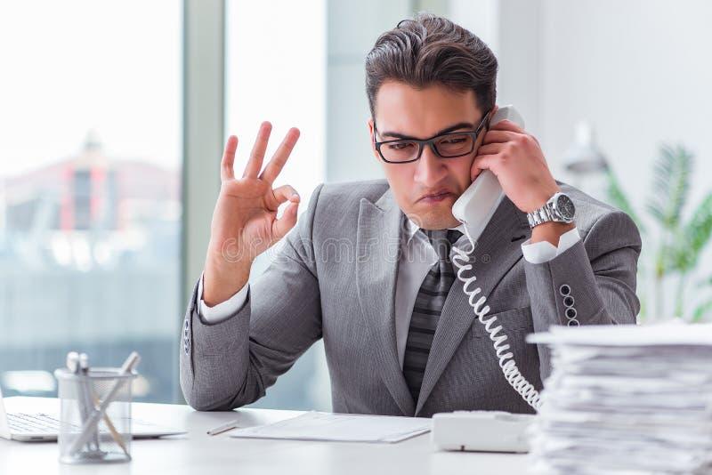 Ο χειριστής τηλεφωνικών κέντρων που μιλά στο τηλέφωνο στοκ εικόνες
