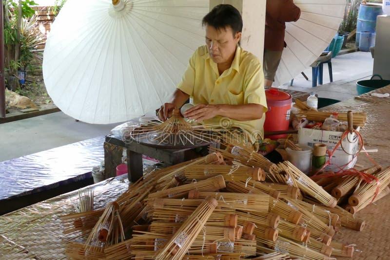 Ο χειροτεχνικός κάνει την παραδοσιακή ομπρέλα εγγράφου της Ταϊλάνδης στοκ εικόνες