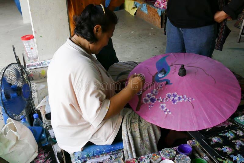 Ο χειροτεχνικός χρωματίζει στην παραδοσιακή ομπρέλα εγγράφου της Ταϊλάνδης στοκ εικόνες με δικαίωμα ελεύθερης χρήσης