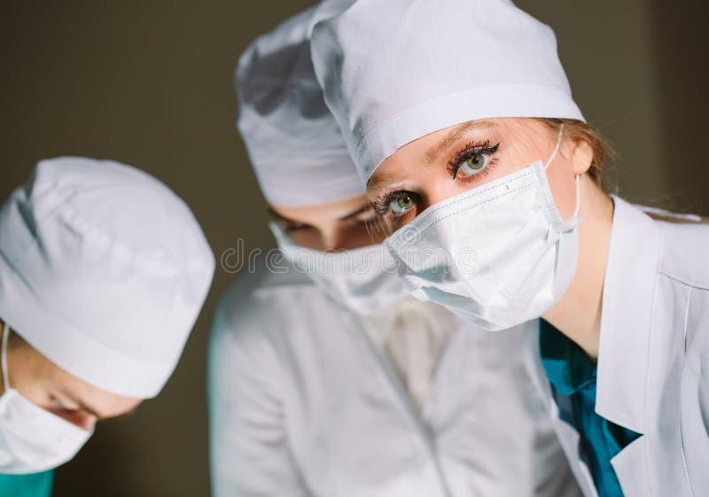 Ο χειρούργος και οι βοηθοί του κάνουν μια λειτουργία στοκ εικόνες