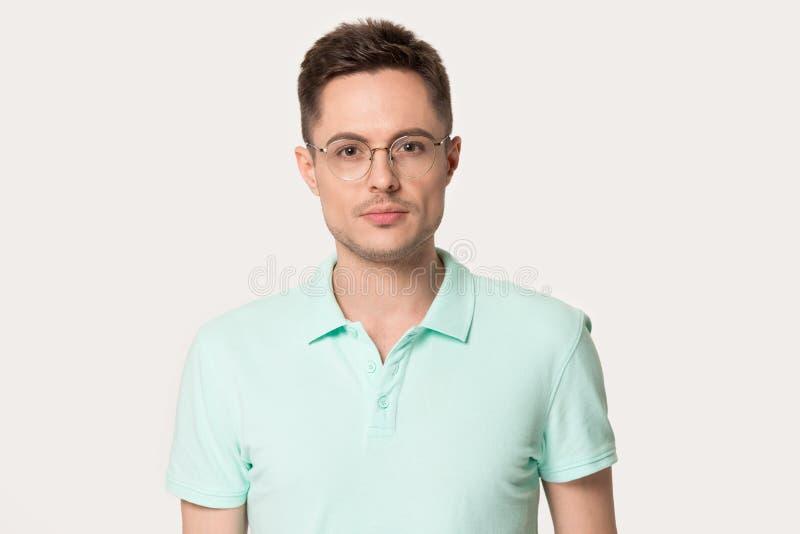 Ο χιλιετής τύπος που φορά τα γυαλιά που εξετάζουν τη κάμερα θέτει στο στούντιο στοκ φωτογραφίες με δικαίωμα ελεύθερης χρήσης
