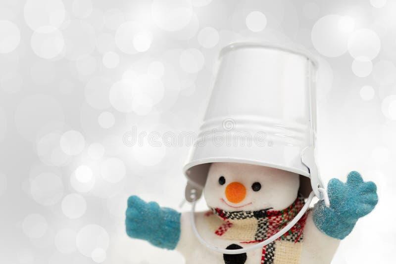 Ο χιονάνθρωπος στέκεται στις χιονοπτώσεις, τη Χαρούμενα Χριστούγεννα και το ευτυχές νέο Υ στοκ φωτογραφία