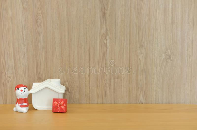 ο χιονάνθρωπος στεγάζει το πρότυπο κιβώτιο δώρων στον ξύλινο πίνακα γραφείων Χριστούγεννα νέα στοκ εικόνες με δικαίωμα ελεύθερης χρήσης