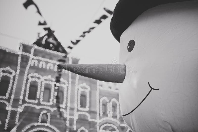 Ο χιονάνθρωπος στη πλατεία της πόλης στοκ εικόνες με δικαίωμα ελεύθερης χρήσης