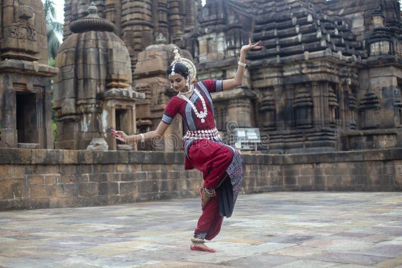 Ο χορευτής Odissi φορά το παραδοσιακό κοστούμι και την τοποθέτηση μπροστά από το ναό Mukteshvara, Bhubaneswar, Odisha, Ινδία στοκ φωτογραφία με δικαίωμα ελεύθερης χρήσης