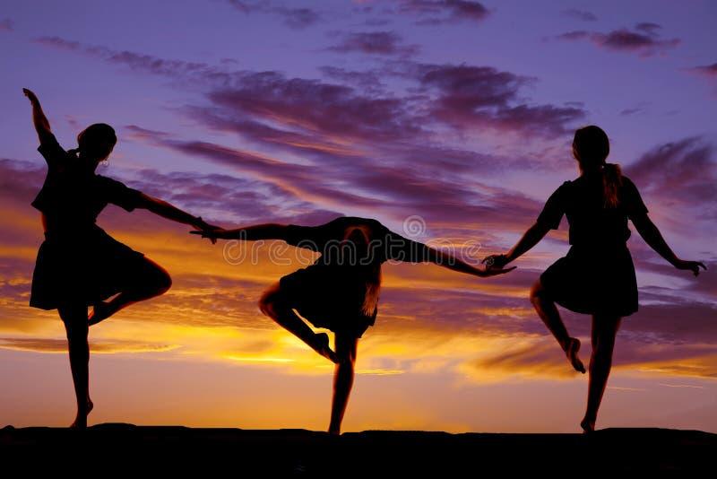 Ο χορός γυναικών στο ηλιοβασίλεμα τρία θέτει στοκ εικόνα
