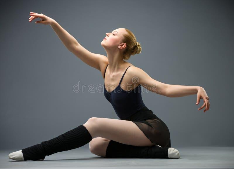 Ο χορός στο ballerina πατωμάτων με τα όπλα στοκ φωτογραφίες με δικαίωμα ελεύθερης χρήσης