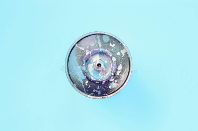 Ο χρησιμοποιημένος ψεκασμός μπορεί με μπλε να χρωματίσει τις σταλαγματιές βρίσκεται στο υπόβαθρο σύστασης του μπλε εγγράφου χρώμα στοκ εικόνες