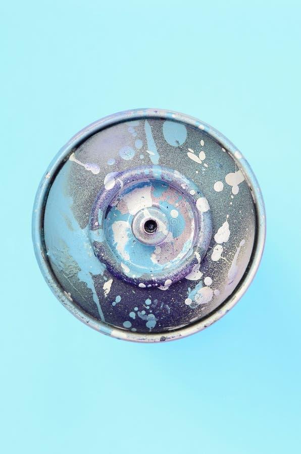 Ο χρησιμοποιημένος ψεκασμός μπορεί με μπλε να χρωματίσει τις σταλαγματιές βρίσκεται στο υπόβαθρο σύστασης του μπλε εγγράφου χρώμα στοκ φωτογραφία