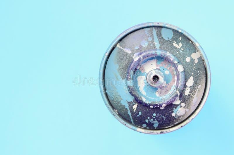 Ο χρησιμοποιημένος ψεκασμός μπορεί με μπλε να χρωματίσει τις σταλαγματιές βρίσκεται στο υπόβαθρο σύστασης του μπλε εγγράφου χρώμα στοκ εικόνες με δικαίωμα ελεύθερης χρήσης