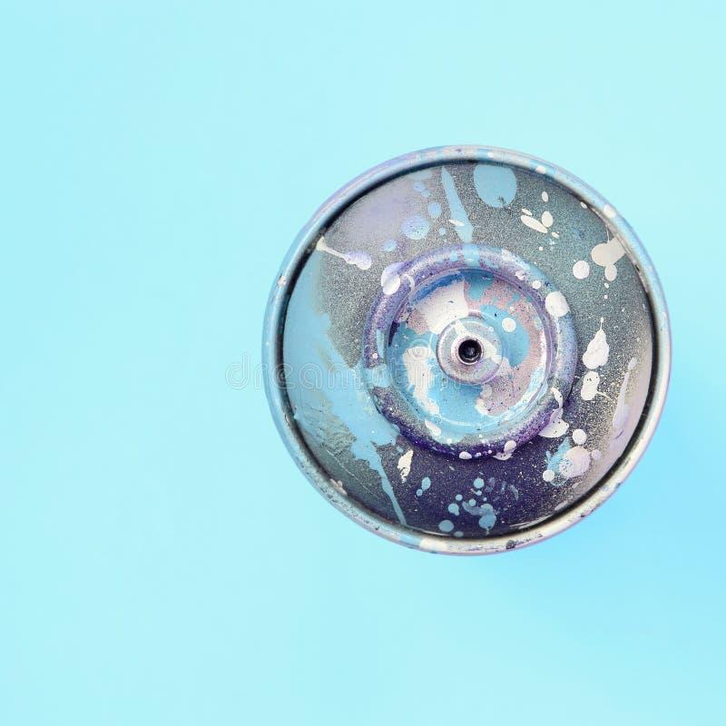 Ο χρησιμοποιημένος ψεκασμός μπορεί με μπλε να χρωματίσει τις σταλαγματιές βρίσκεται στο υπόβαθρο σύστασης του μπλε εγγράφου χρώμα στοκ φωτογραφίες με δικαίωμα ελεύθερης χρήσης