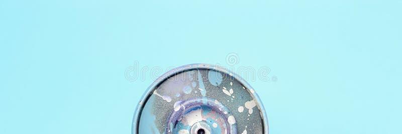 Ο χρησιμοποιημένος ψεκασμός μπορεί με μπλε να χρωματίσει τις σταλαγματιές βρίσκεται στο υπόβαθρο σύστασης του μπλε εγγράφου χρώμα στοκ φωτογραφίες