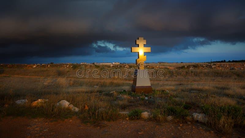Ο χριστιανικός σταυρός λάμπει στον ήλιο στοκ φωτογραφίες με δικαίωμα ελεύθερης χρήσης