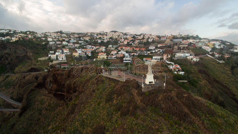 Ο Χριστός το άγαλμα βασιλιάδων είναι ένα καθολικό μνημείο στο νησί της Μαδέρας, εναέρια άποψη της Πορτογαλίας στοκ φωτογραφίες