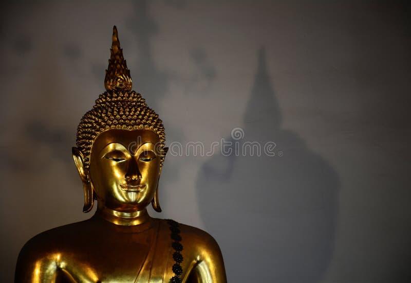 Ο χρυσός Βούδας με τη σκιά στοκ εικόνα με δικαίωμα ελεύθερης χρήσης