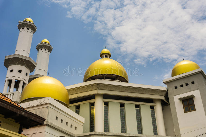 Ο χρυσός θόλος ενός μουσουλμανικού τεμένους με το νεφελώδη ουρανό ως υπόβαθρο ληφθε'ν φωτογραφία Pekalongan Ινδονησία στοκ εικόνες